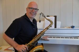 MUSIKER: Villmow Er Både Utøvende Musiker Og Komponist, Og Han Sitter Gjerne Hjemme I Kolbjørnsvik Og Lager Musikk. Arkivfoto