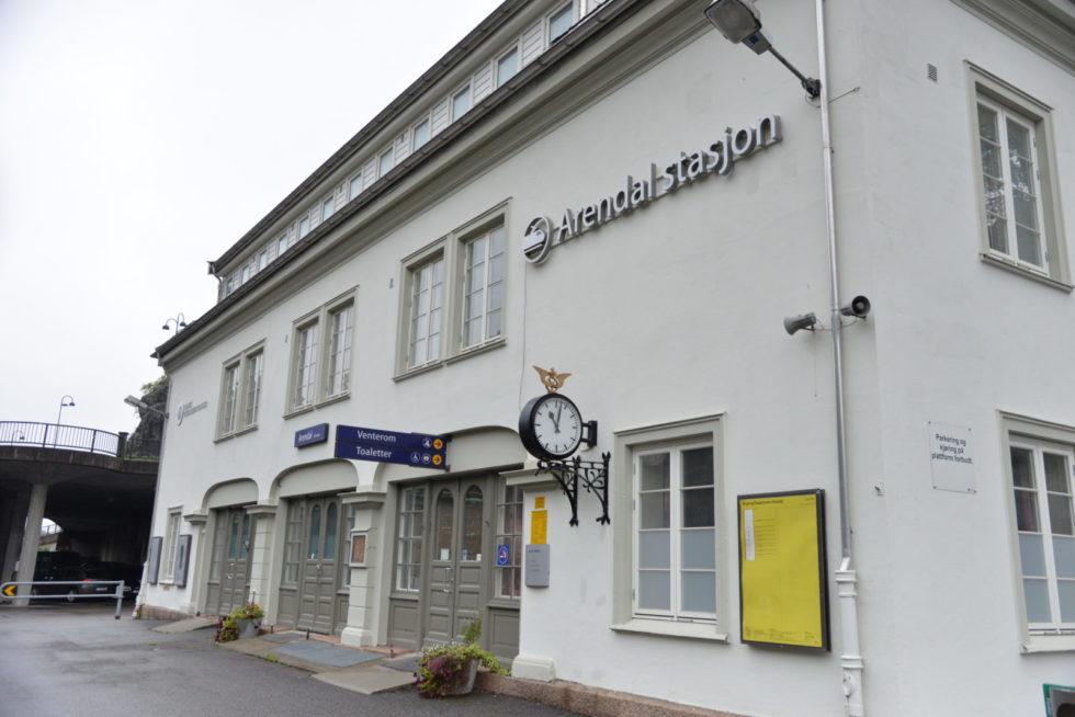 TOGSTASJONEN: Arendal Stasjon Er En Av Landets Mange Togstasjoner Som Nå Har Fått Ny Billettautomat.