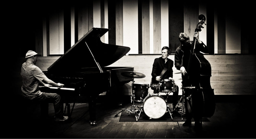 BRITISK JAZZ: Pianist Django Bates, Bassist Petter Eldh Og Trommeslager Peter Bruun, Utgjør Trioen Django Bates Belovéd. Pressefoto: Laura Pleifer/ECM Records