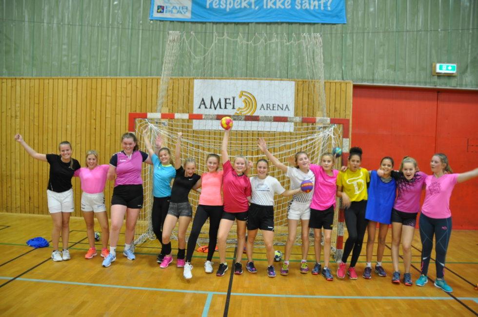 HÅNDBALLJENTER: Sørfjells 2005-jenter Er En God Gjeng Som Liker å Spille Håndball.