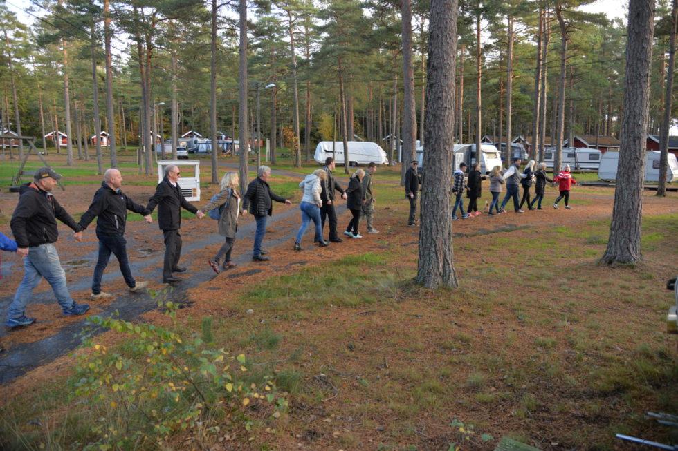 SAMHOLD: Hånd I Hånd Slo Aksjonistene Ring Rundt Hove Camping, Lørdag.