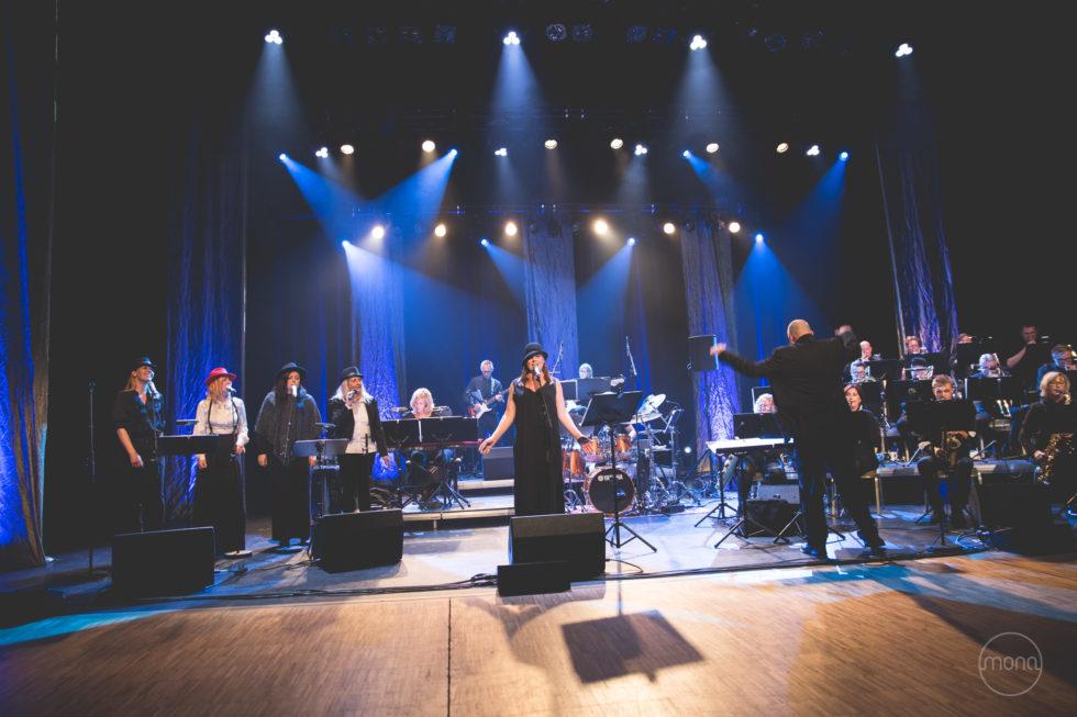 DAMER FOR SIN HATT:  Lin Pedersen Var Kveldens Solo-debutant, Og Strålte Om Kapp Med Resten Av Arendal Big Band. Foto: Mona Hauglid