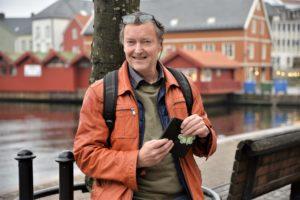 HOBBY: Terje Dahl Er En Ivrig Hobbyfotogref Med Mobilkamera. Nå Arrangerer Han Fotoutstilling På Arendal Bibliotek Med Bilder Fra Høstens Fotokonkurranse.
