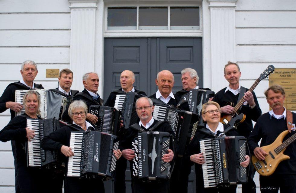 SPILLEGLEDE: Arendal Trekkspillklubb Består Av Ti Trekkspillere, En Gitarist Og En Bassist. Pressefoto
