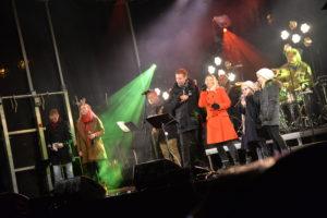 ALLSANG: Sam Eydes Plass Var Pyntet Til Jul, Og Det Var Konsert Og Allsang Fra Scenen.