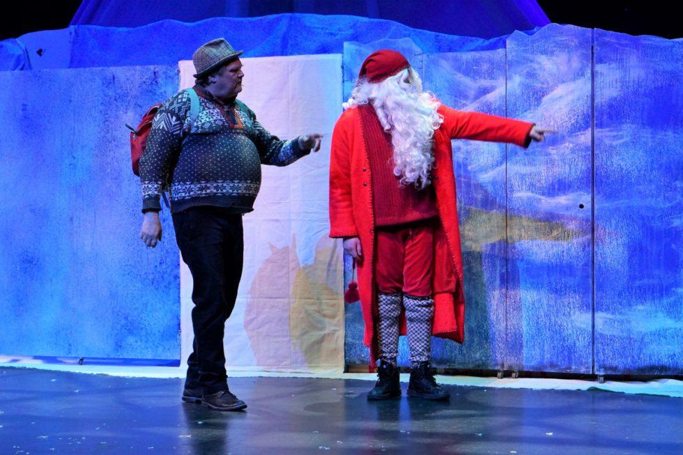 Julenissen Ber Snekker Andersen Besøke Hans Barn Inne I Skogen.