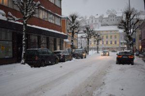 DÅRLIG SIKT: Tett Snø Og Mye Vind Fører Til Dårlig Sikt På Veiene. Det Er Derfor Viktig å Bruke Riktig Lys. Foto: Marita Dæhlin