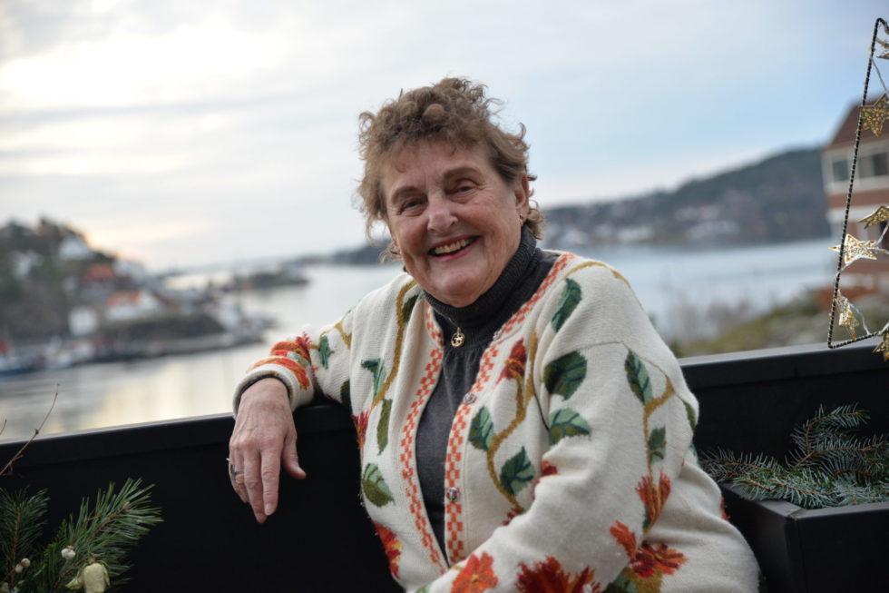 SPREK 90-ÅRING: Lilleba Knudsen Er Ikke Som Andre 90-åringer. Her Er Hun Avbildet På Verandaen, Med Utsikt Ut Over Galtesund Mot Torungene.
