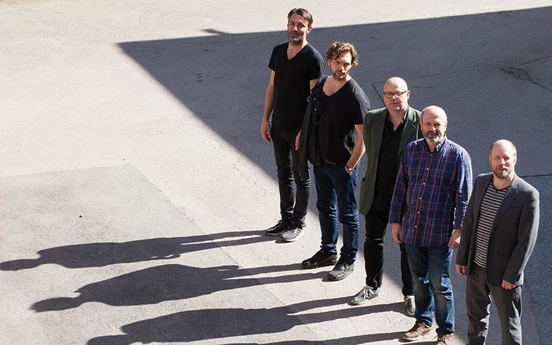 TIL ARENDAL: Det Blir Både Urnorsk Og Internasjonalt Når Nils Økland Med Band Inntar Jazzklubbscenen. Foto: Morten Spaberg.