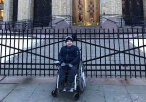 KJEMPER: 15-åringen Vil Ha Lov Til å Kjøre Like Raskt I Rullestol Som Personer I Sverige Og Danmark. Foto: Privat