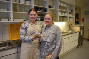 STOR BESTILLING: Mathilda Nystedt Og Johanne Lille Er Fornøyd Med å Ha En Bestilling På 150 Knekkebrød. Foto: Marita Dæhlin