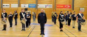 FORMASJNSDRILL: Drillkorpset Til Arendal Ungdomsmusikkorps Med Instruktør Børre Amundsen I Front.