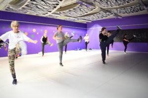 ALLE ALDRE: Dansefitness-timen Er For Alle Aldre Og Har Et Variert Spekter Av Mennesker. Foto: Marita Dæhlin