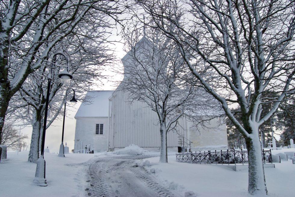 VINTERLIG: Tromøy Kirke I Vintervær. Foto: Anne Marie Falck