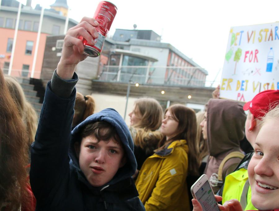 Ungdommen Har Fått Nok Av Voksne Miljøsvin:  – Klima Er Fett, Bruk Handlenett!
