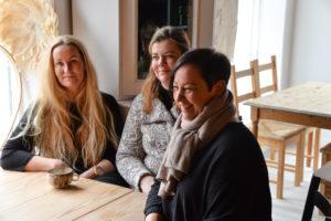 WOOD & FOOD: Høyrepolitiker Linda Dagestad Øygarden (t.h), Mirjam Langemyr (i Midten)  Og Inger Marie Johnsen.