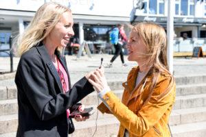 I SAMTALE: Birte (t.v) Og Linn Har Investert I En Profesjonell Mikrofon Som De Har Med Seg Når De Lager Podcast.
