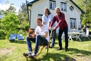 FAMILIESPARKEN: Forfatter Marius Lien (foran) Får God Støtte Fra Forlagssjef Christer Falck (t.v. Bak) Og Broren Erlend Lien. Foto: Linda Dyrholm