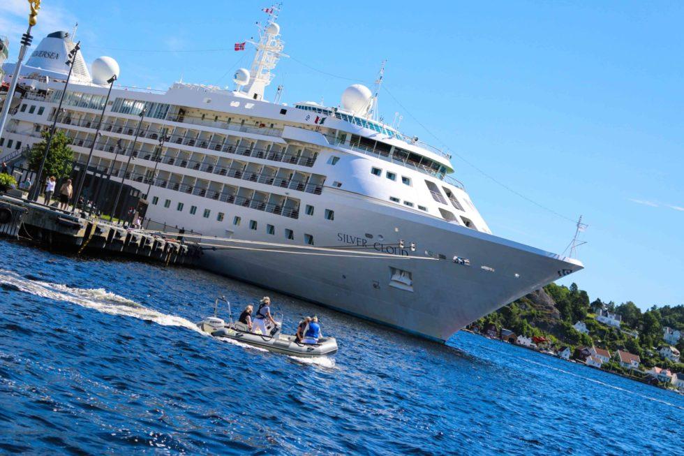 CRUISEBYEN: Ni Cruiseskip Og Fire Skoleskip Legger Til Kai I Arendal Fremover. Arkivfoto