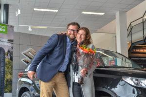 GLAD: F.v: Rune Jacobsen Fra RSA-Bil Arendal Gir Vinner Marit Sol Bakkegaard En Real Seiersklem.