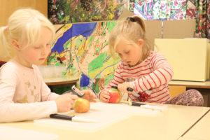 GÅ I GANG: Duedahl Setter Raskt Marie Og Sara I Gang Med Syltetøyproduksjonen. Foto: Grete Helgebø
