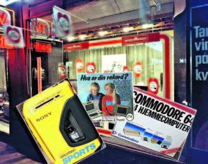 ALLEMANNSEIE: I Løpet Av 80-tallet Ble Det Stadig Vanligere å Eie En Elektrisk Duppedings. Her Ser Du Walk-manen, Reklame For Nintendos Game&Watch Og Commodore 64. Foto: Geir Åsen/Illustrasjon: Arendals Tidende