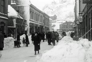 NUMMER EN: Biografen Sees Her Til Venstre Og Var Arendals Første Rene Kinobygning. Her Fotografert Engang I På 30-40-tallet. Foto: Nasjonalbiblioteket.