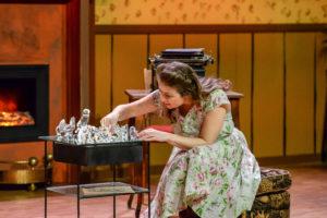 GLASS: Teaterstykket Glassmenasjeriet Av Tennessee Williams Ble Skrevet I 1944 Handler Mye Om å Flykte Fra Den Virkelige Verden.