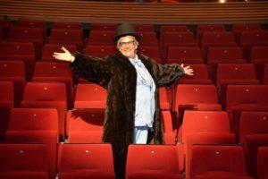 SHOW: Anita Pettersen Fremfører Enmanns Showet «En Spurv I Travel Dans» I Store Torungen. Foto: Linda Dyrholm