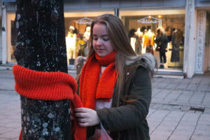 EN SOM TRENGER DET: Dina Kristine Gunvaldsen Håper Skjerfet Hun Har Strikket Blir Brukt Av En Som Trenger Det. Foto: Grete Helgebø