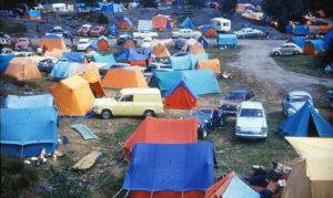 FARGERIKT: Roligheden Camping På 60-tallet Gir Et Inntrykk Av Tiden. Telt I Farger Og Nesten Ingen Campingvogner Var Trenden Inntil Endringen Begynte På 80-tallet. Foto: Scan Av Postkort