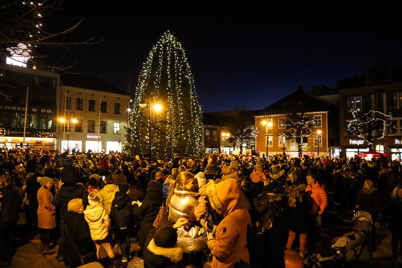Tente Julegrana Med Torvet Fullt Av Folk