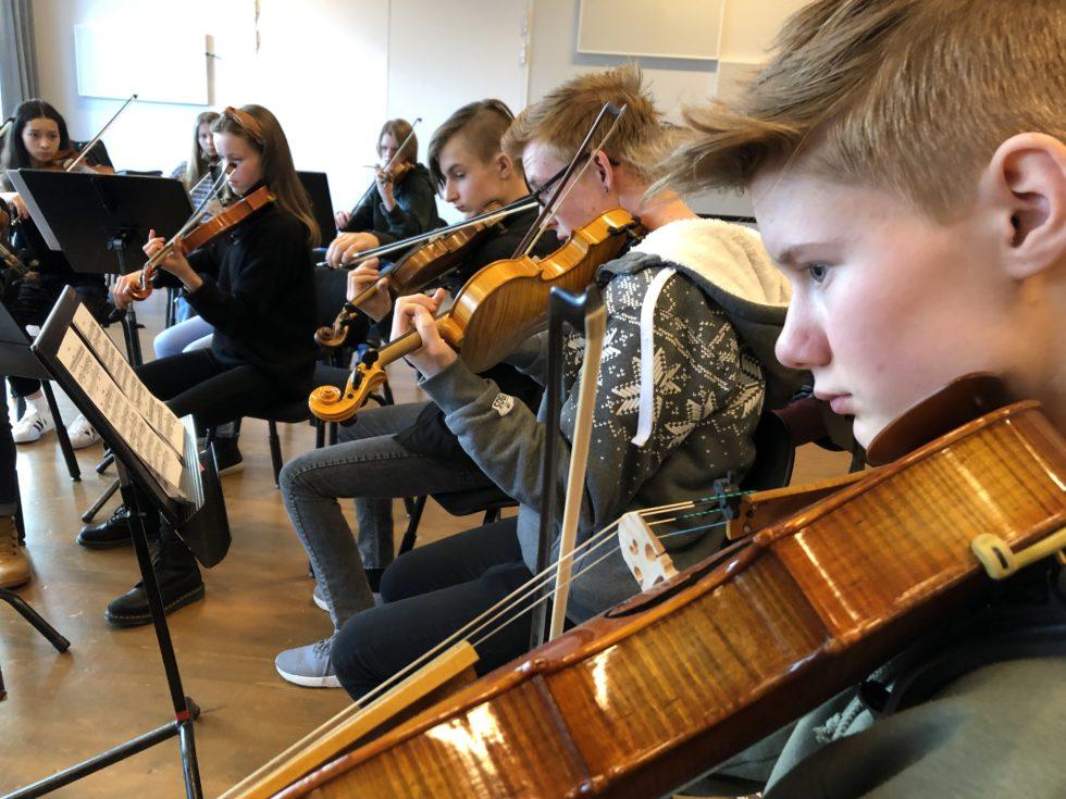 SCENEN: Lørdagsskolen Strykeorkester Er En Av De Publikum Vil Få Se På Scenen På Lørdag. Foto: Privat