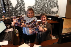 STOLTE: Salgs- Og Markedsmedarbeider Kristin Lindal (t.v) Og Kulturhussjef Anne Rasmussen Er Stolte Over Vårens Kulturprogram. Foto: Linda Dyrholm