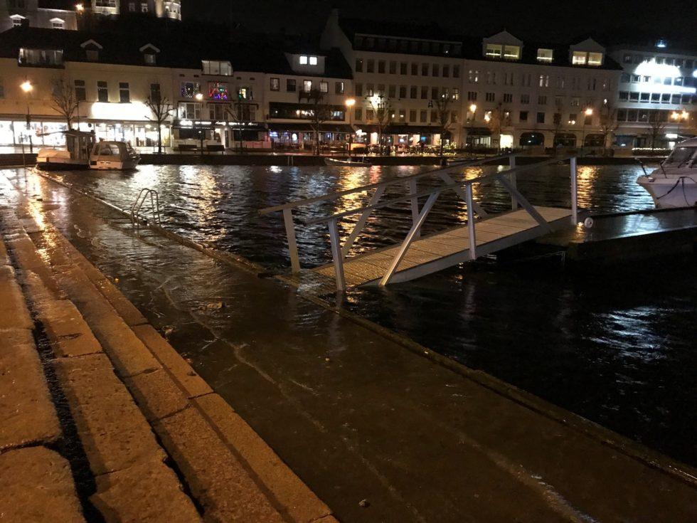I GANG: Ved Ti-tiden Tirsdag Kveld Var Uværet Allerede I Gang I Pollen I Arendal. Foto: Kenneth Helgebø