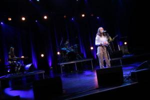 """BAND: Heidi Omholdt Jacobsen Sto I Front For Bandet """"Overtrøtt""""."""