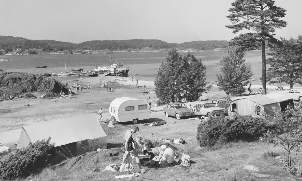 CAMPING: På 60-tallet Var Tromøy Populært For Både Arrangementer I Den Gamle Leiren, Og For Camping. Her Fra året 1965 Ved Hove. Foto: Mittet Og Co. Public Domain.