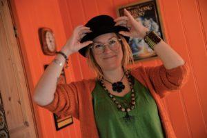 KVINNE FOR SIN HATT: Platedebutant Rebekka Lundstrøm Satser Alt På Musikk. Foto: Linda  Dyrholm