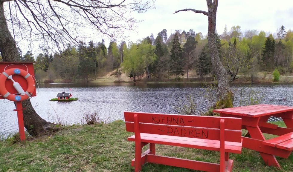 MINIPARK: Kjennaparken På Tromøy Med Andehuset I Bakgrunnen.