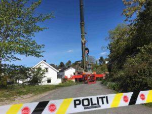 SPERRET: Politiet Har Sperret Av Hele Området Rundt Den Gamle åpne Gruvesjakta Til Steinsås Gruver Mens Letearbeidet Pågår.