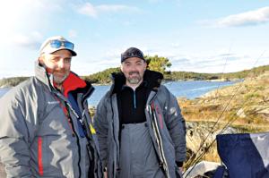 FISKEFEBER: Are Sagør, T.v., Og David Mesics Er Ildsjelene Bak Sørlandets Fiskeguiding AS. De Flyttet Kontoret Sitt Ut I Naturen.