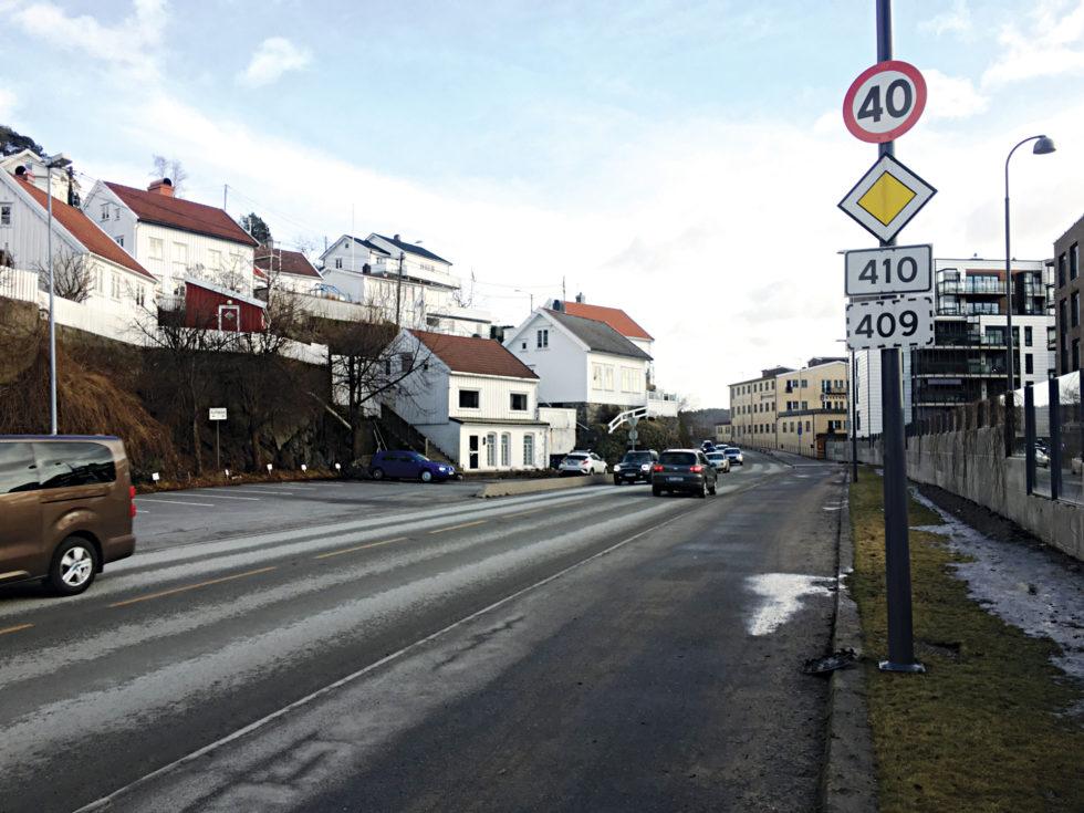 TVANG: Kystveien Mellom Barbu Og Krøgenes Er Sprengt, Nå Vurderes Drastiske Tiltak For å Tvinge Bilister Til å Kjøre Den Nye Veien Fra Krøgenes Til Longum.