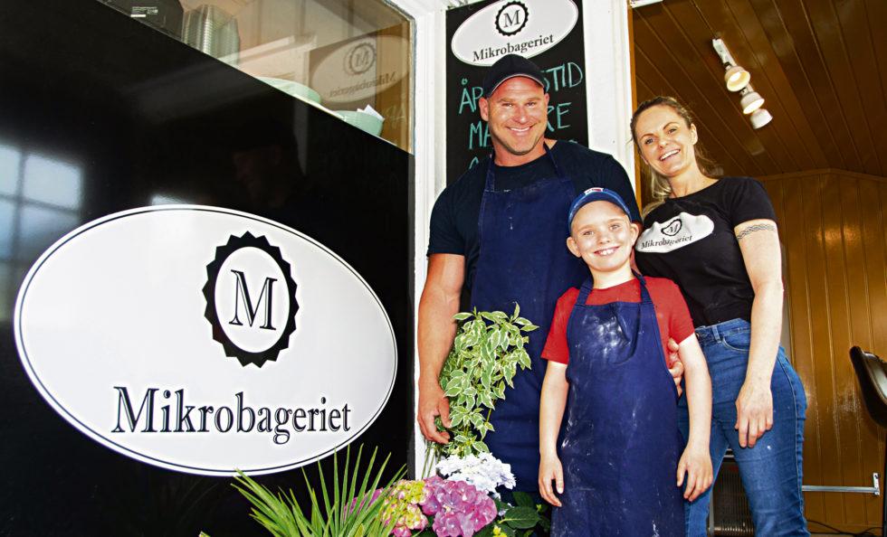 FAMILIEBEDRIFT: Hele Familien Er Med Og Drifter Mikrobageriet, (fv) Kenneth Olsen, Linda Andersen Og Jonas Olsen.