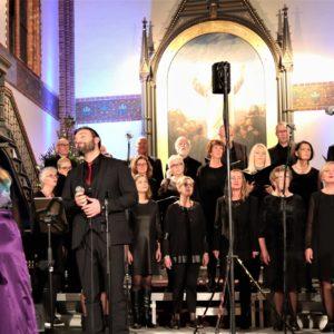 Lokalt kor sang for fullsatt kirke